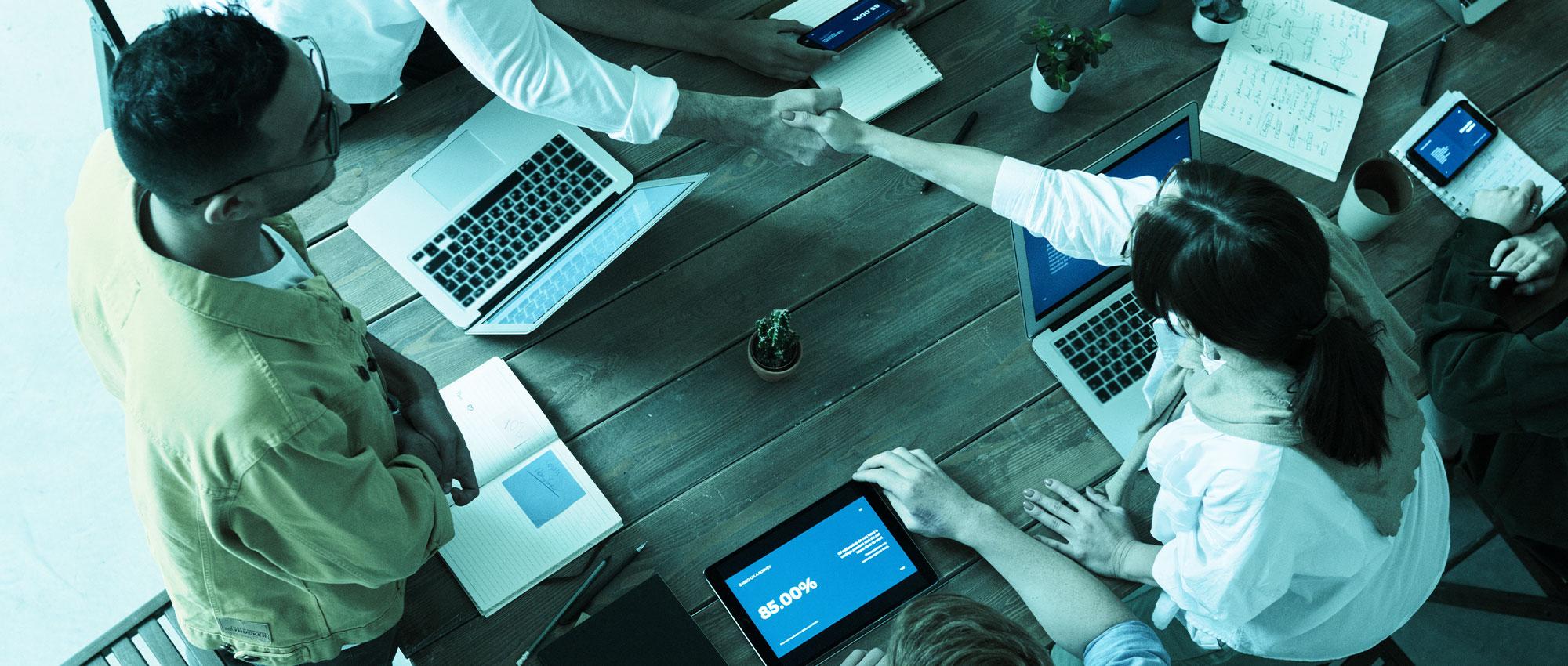 Sie sehen verschiedene Medien die zum Lernen genutzt werden können. Neben einem klassischen Web-based Training am Laptop, kann auch am Tablet oder Smartphone gelernt werden.